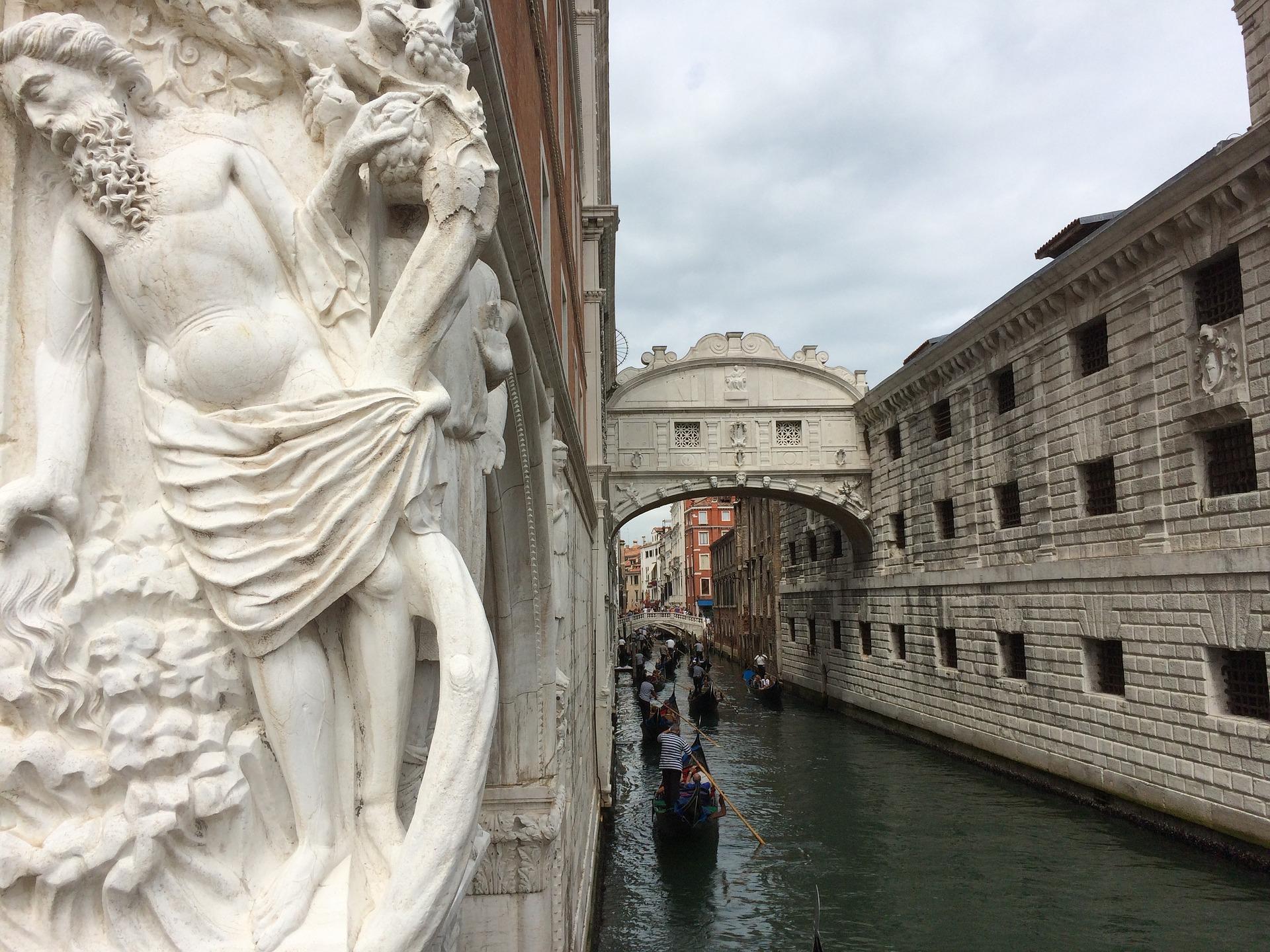 Rejs pod Mostem Westchnień – jedna z romantycznych atrakcji Wenecji